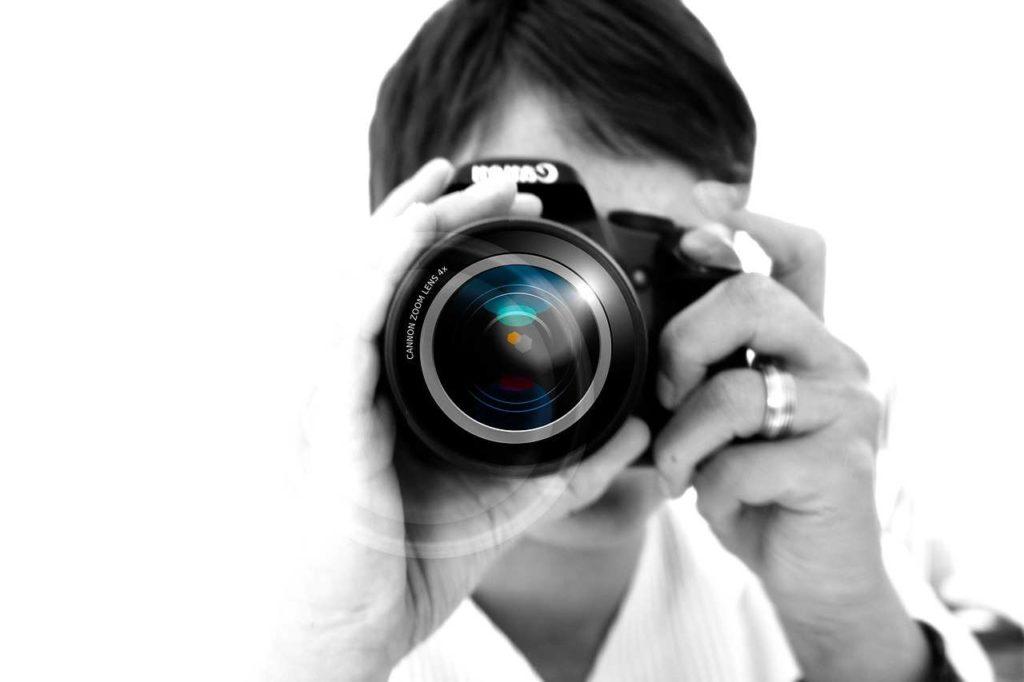 Fotografo con macchina fotografica digitale